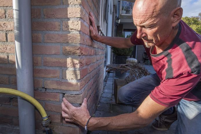 In Geerdijk zijn grote problemen met huizen, vermoedelijk door werkzaamheden aan het kanaal. De woning van Arjan Otter is een van de voorbeelden, liet hij vorig jaar september zien. Grote scheuren laten stenen loskomen in de muur.