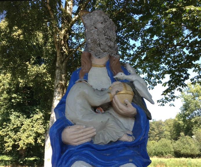 Het Mariabeeld werd toegetakeld met een hamer.