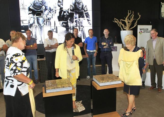 Onthulling eretegels door de dames Greet Knetemann (r) en Cora Jansen (l). foto Gerard van Offeren/pix4profs