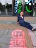 Lenka Pitrmanova, voorzitter SP Raalte en Olst-Wijhe, tekende afgelopen zomer met stoepkrijt het logo van de landelijke actie tegen de huurverhoging op de stoep van SallandWonen.