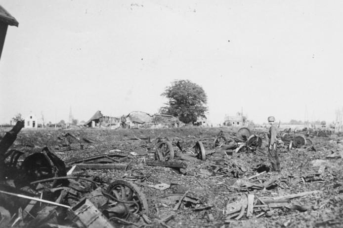 Door sabotage ontploft een munitietrein met vliegtuigbommen bij Vijf Eiken in Rijen. Een Duitse soldaat loopt tussen de restanten van de 25 totaal verwoeste wagons.
