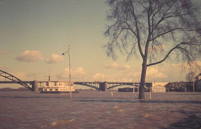 Het is zeker niet de eerste keer dat het water in de rivieren zo hoog staat. Nico stuurde ons deze foto van de Waalbrug in de jaren 60.