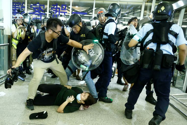 Het kwam tot zware confrontaties tussen de oproerpolitie en de betogers.