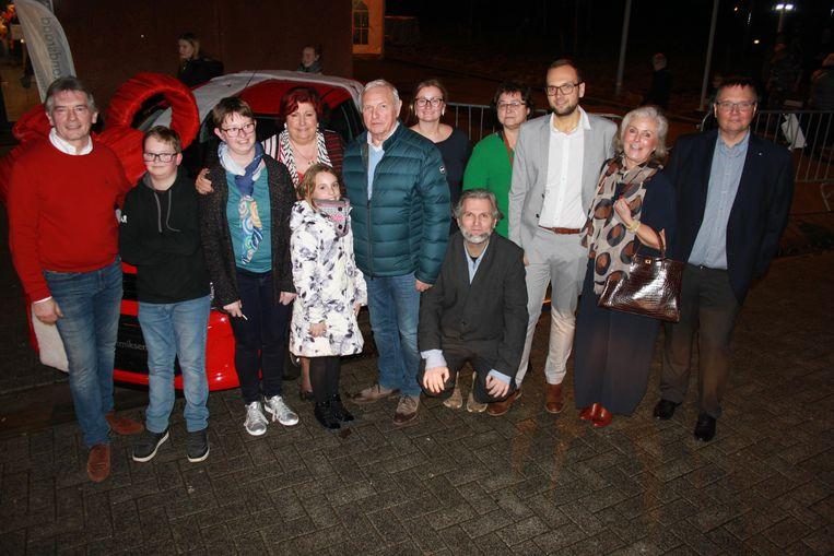 Winnares Kristel Meyvis (derde van links) won de hoofdprijs van de eindejaarsactie van de middenstandsraad, een gloednieuwe wagen geschonken door Garage Aerts.