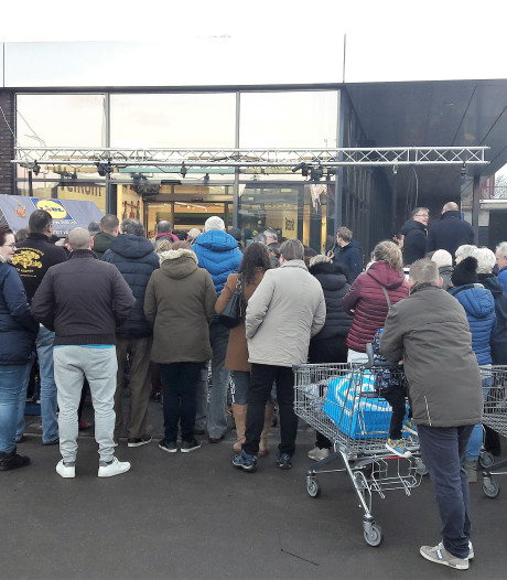 In de rij voor de nieuwe supermarkt van Lidl in Kaatsheuvel