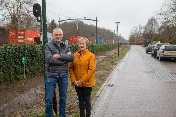 Willie en Beppie van der Heijden bij de opnieuw uitgegraven spoorsloot voor hun huis aan de Parallelweg in Nuenen-Eeneind.