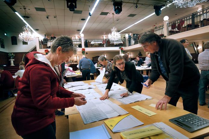 Stemmen tellen in Leerdam, net na de verkiezingen op 21 november. Op twee stembureau's moet het tellen woensdag opnieuw gebeuren.