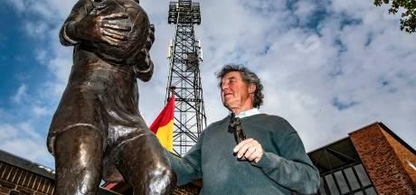 Standbeeld Leo Halle én beeldhouwer Karoly Szekeres, die opnieuw Deventer icoon vereeuwigt, glimmen van trots