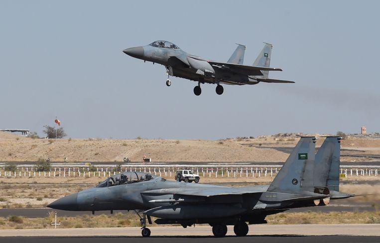 Saoedische F-15's, geleverd door de VS, op een luchtmachtbasis ten noorden van Riyad. De VS zijn de grootste leverancier van wapens aan de Saoediërs.  Beeld AFP