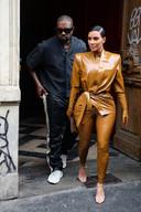 """Kanye West et sa femme Kim Kardashian à la sortie du Théâtre des Bouffes du Nord après le """"Sunday Service"""" à Paris, le 1er mars 2020."""
