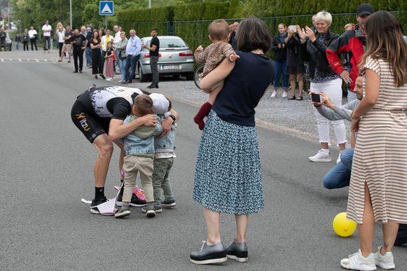 Atleet Dirk Dexters (35) heeft zondagvoormiddag een marathon gelopen in zijn eigen wijk. Na 57 rondjes kwam hij aan in een tijd van 2 uur, 40 minuten en 15 seconden. Zo zamelde hij drieduizend euro in voor het goede doel 'Hart voor Kinderen'. Hier op foto met zijn zoontjes en dochtertje