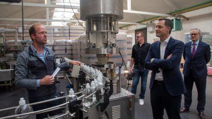 """Vicepremier Alexander De Croo lovend over Stokerij Rubbens: """"We willen ook na de crisis ontsmettingsalcohol blijven produceren"""""""