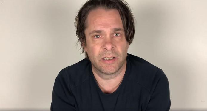 Hans Teeuwen doet ook een videobiecht om schoon schip te maken.