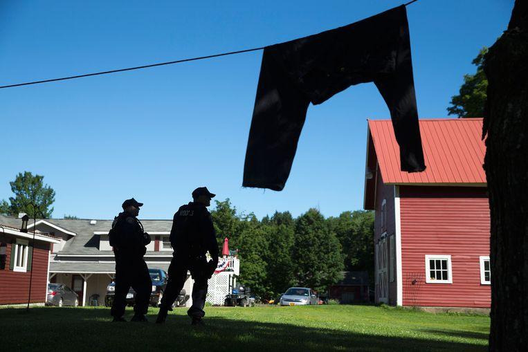 Agenten zoeken bij een vakantiehuisje Beeld getty