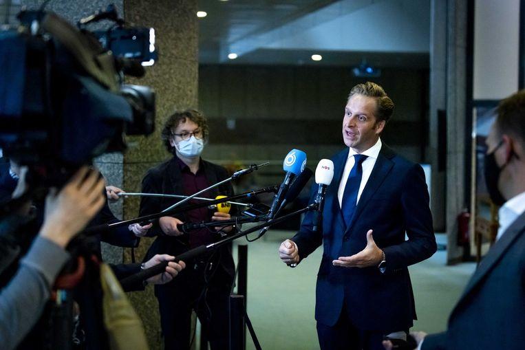 Hugo de Jonge, minister van Volksgezondheid, Welzijn en Sport, staat de pers te woord in de Tweede Kamer.  Beeld ANP