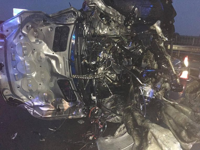 Het wrak na de crash tegen de vangrails van de E40.