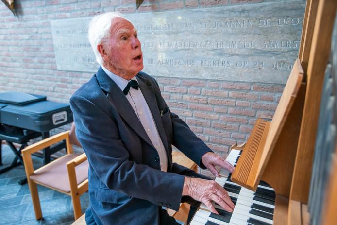 Ad Verhappen bespeelt het orgel in Nuenen.