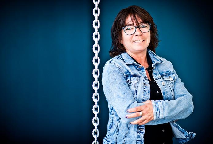 Cindy is een van de initiatiefnemers van de hulplijn voor huiselijk geweld. Uniek aan het idee is dat slachtoffers via dit telefoonnummer contact krijgen met mensen die zelf ook te maken hebben gehad met huiselijk geweld.