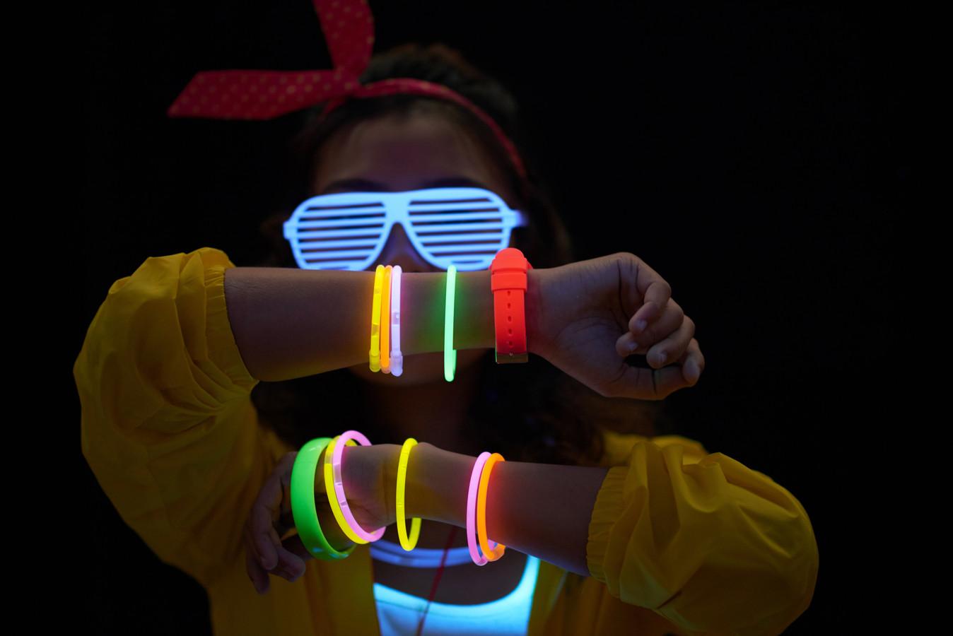 Deelnemers gaan vrijdagavond met 'glow in the dark-armbanden' van start tijdens de Free Your Light Run en Walk in het centrum van Arnhem.