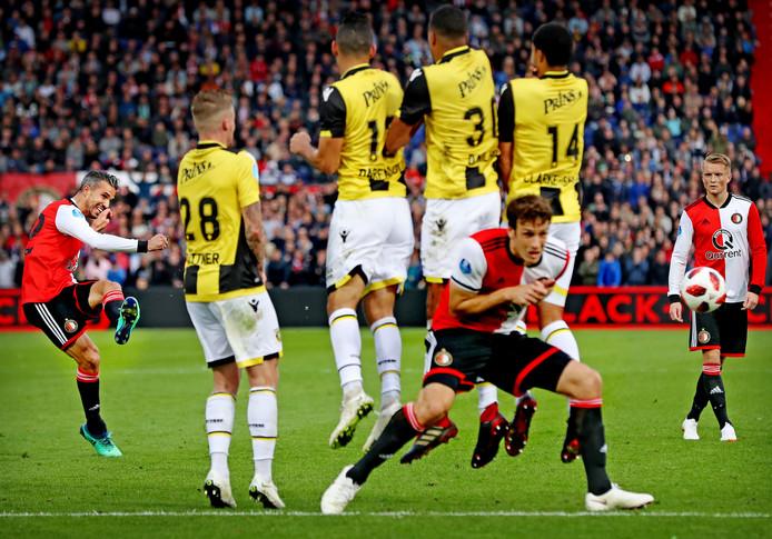 De prachtige vrije trap van Robin van Persie voor de winnende 2-1 voor Feyenoord.
