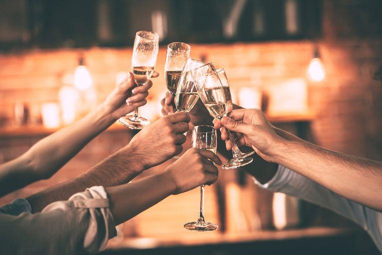 Tijdens de feestdagen zijn de verleidingen overal. Met enkele regels in je achterhoofd doseer je perfect tijdens het aperitief.