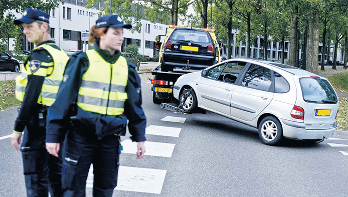 Twee auto's waarvan de eigenaren een belastingschuld hadden worden in Den Bosch weggesleept.