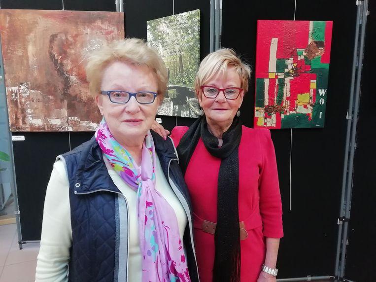 Berthy en Lieve bij enkele van hun werken.