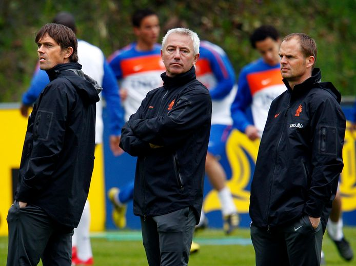 Frank de Boer en Phillip Cocu met Bert van Marwijk bij Oranje op een trainingsstage in Hoenderloo.
