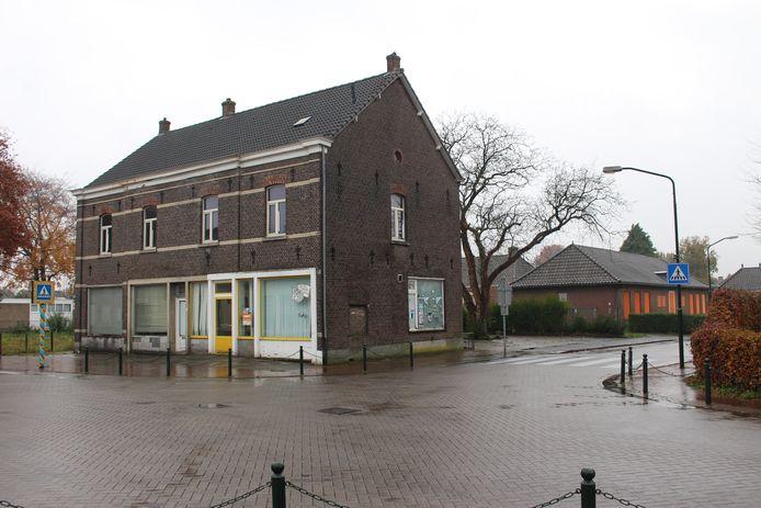 De hoek Grootschoterweg - Pater Ullingsstraat, met op de voorgrond de voormalige groentewinkel, links het braakliggende Rabobankterrein en rechts de oude kleuterschool.