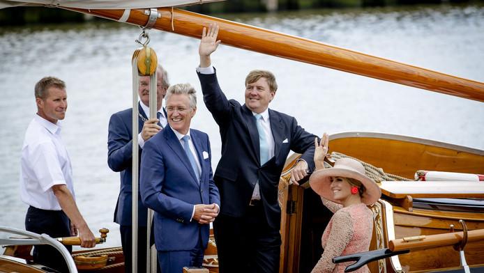 Koning Willem-Alexander en koningin Maxima tijdens een boottochtje in de haven van Harlingen tijdens een bezoek aan Friesland. In het midden Commissaris van de Koning John Jorritsma.