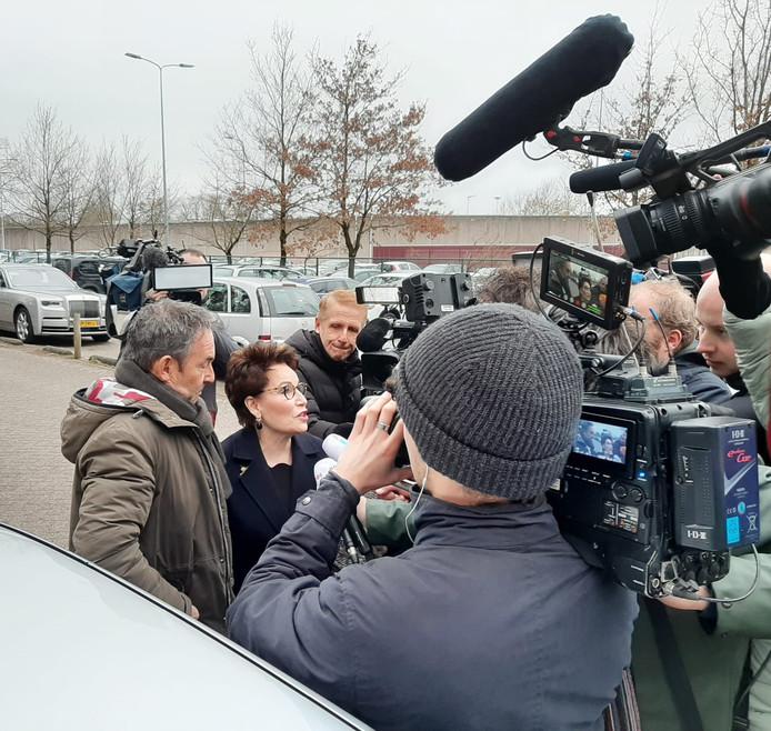 Broer Frans van Laarhoven arriveert bij PI Vught, met advocaat Carry Knoops-Hamburger.