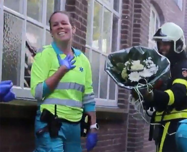 Brandweerman Sjoerd komt met bloemen uit een gebouw vol rook en vraagt zijn Ilona ten huwelijk.