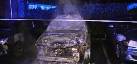 Opnieuw drie auto's in brand in Enschede, politie gaat uit van brandstichting