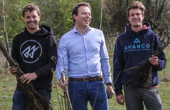 Aaron Vanneste van Avanco naast Robbert Desmet van Woodstoxx en Laurent Verstraete, medewerker bij Avanco.