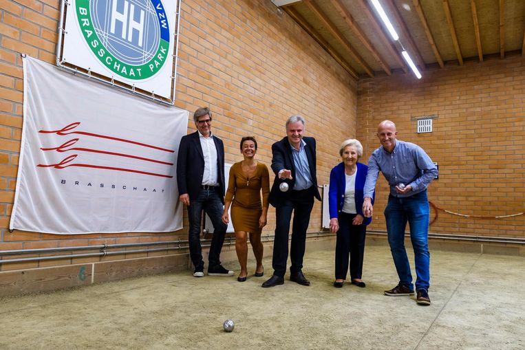 Voorzitter Eric Roelants, Adinda Van Gerven, Dirk Dekort, Isa (91) en burgemeester Koen Verberck speelden de baan in.