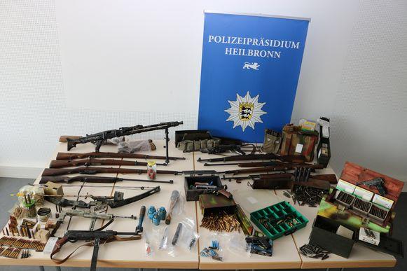 Het resultaat van een huiszoeking bij een 'Rijksburger' in Heilbronn: tientallen wapens en munitie.