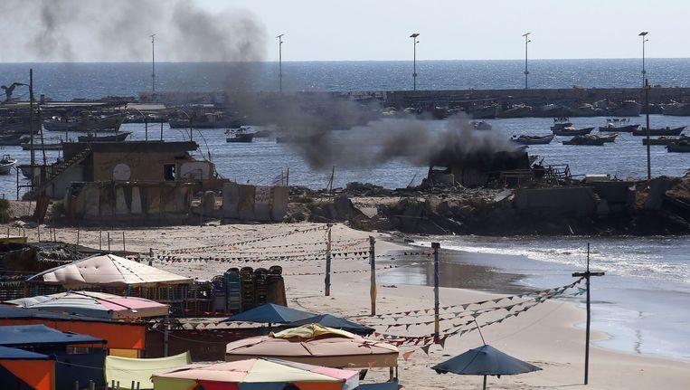 Rook stijgt op na een Israëlische aanval op het strand bij Gaza Stad. Hierbij zijn vier kinderen om het leven gekomen. Beeld afp