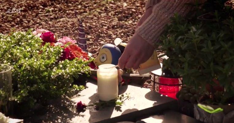 Elke dag brandt de mama van Merel een kaars aan haar graf.