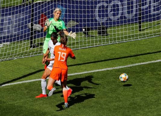 Jill Roord kopt de bevrijdende 0-1 binnen.