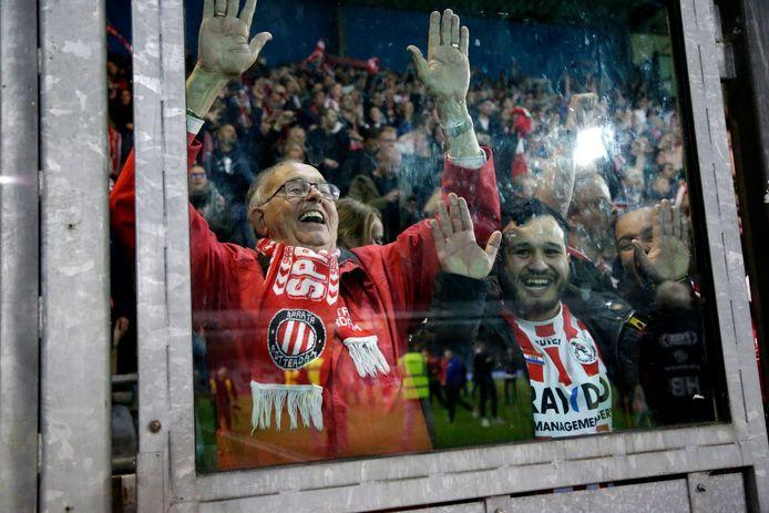 Sparta-supporters vieren de overwinning en de terugkeer naar de Eredivisie in het uitvak.