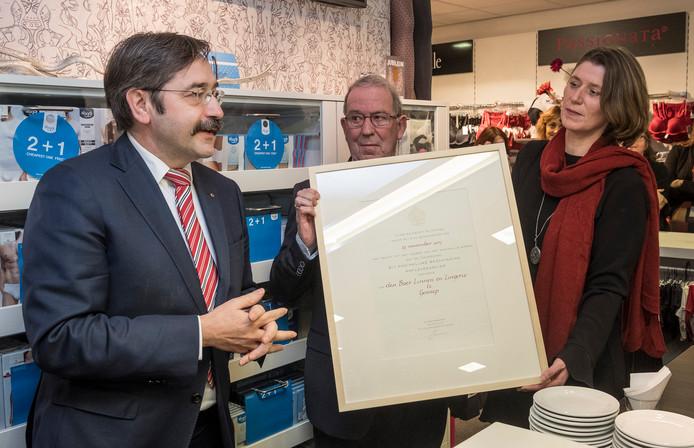 Gouverneur Theo Bovens kwam speciaal naar Gennep om Joop Den Boer Linnen en Lingerie koninklijk te maken.