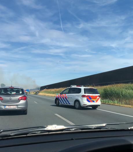 Auto vat vlam op A50 bij Veghel, rook trekt over snelweg