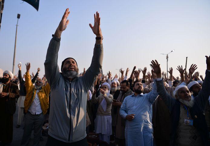 Islamisten roepen religieuze slogans tijdens een protestactie, gisteren in Islamabad.  Een poging de demonstratie uiteen te drijven, resulteerde in dodelijk geweld.