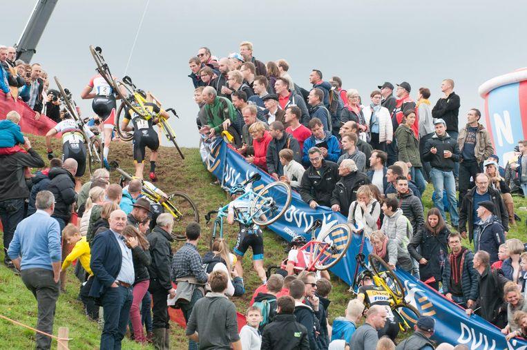 Op de flanken van de Hotond konden de supporters de veldrijders perfect volgen.