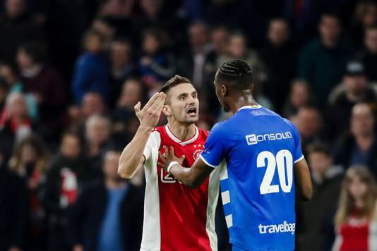 Dusan Tadic heeft het aan de stok met Kingsley Ehizibue.