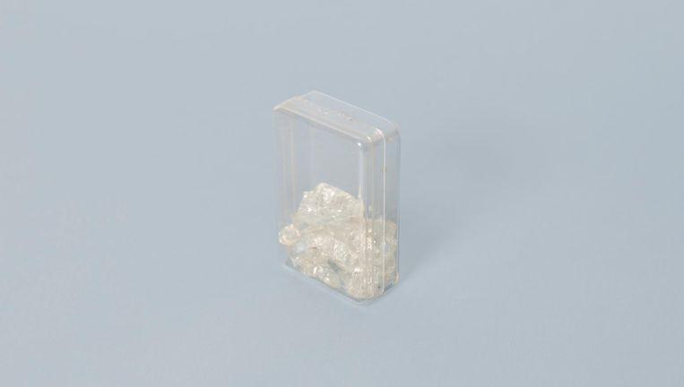 Brokjes glas uit de gebarsten voorruit van Wolkers' DS. Beeld Annabel Miedema
