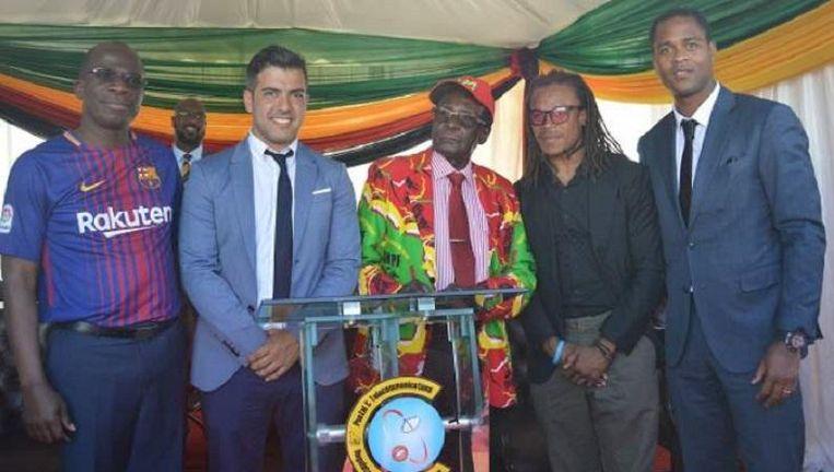Edgar Davids en Patrick Kluivert op de foto met Robert Mugabe. Beeld