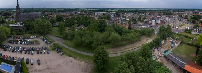 Van Greunvenpark met links de kerk en het gemeentehuis en rechts Het Plein