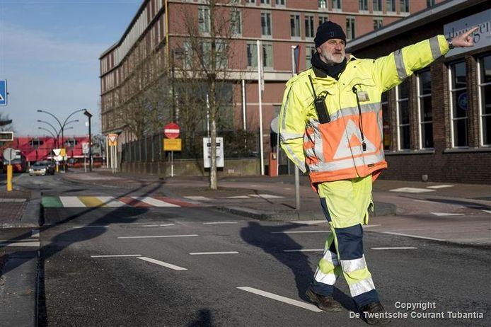 Verkeersregelaar Henk Bennink aan het werk in Almelo.