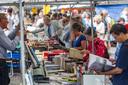 Speuren naar pareltjes bij de kramen op de Deventer Boekenmarkt.